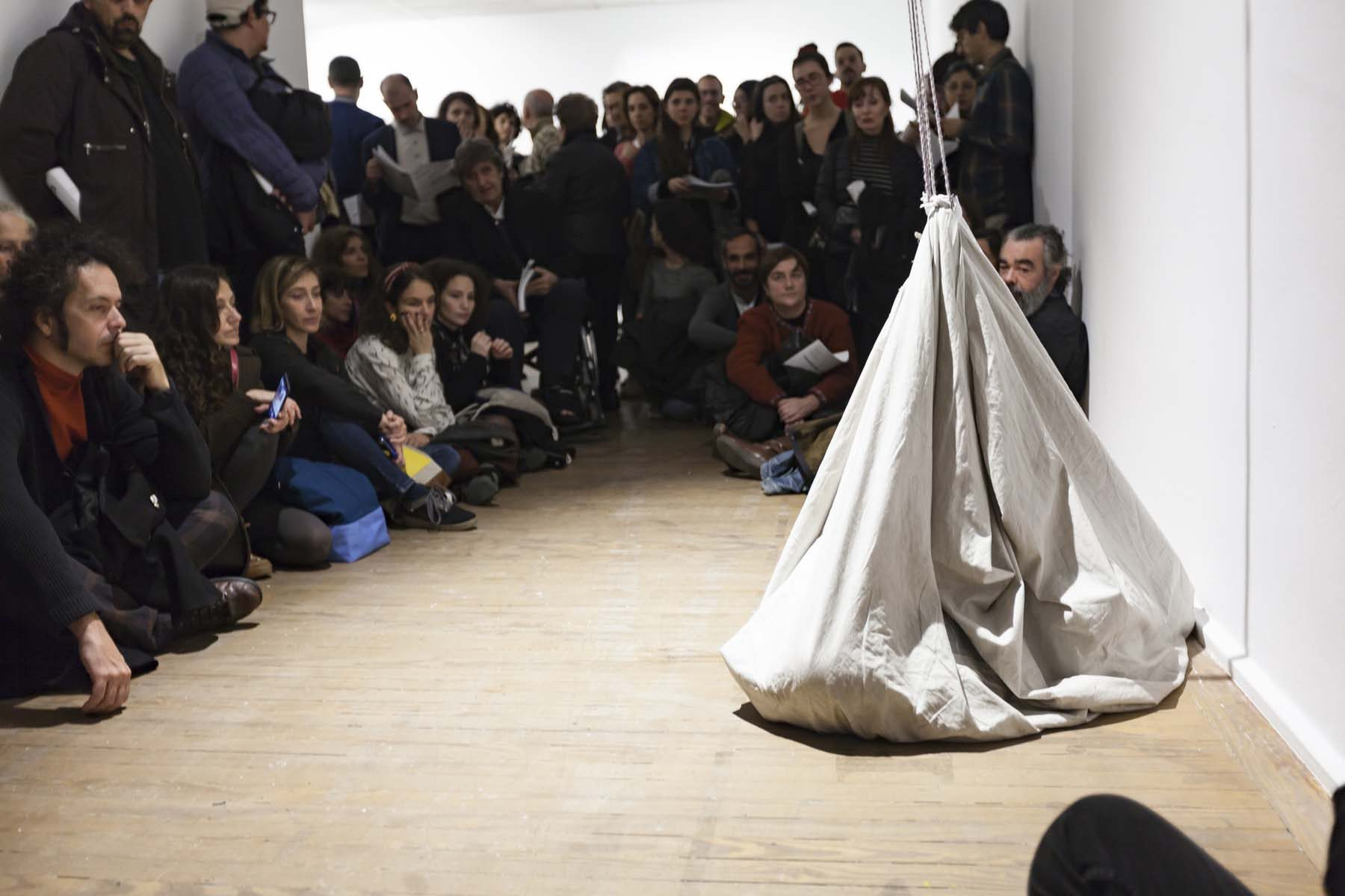 Regina José Galindo, Bulto, performance, Casa América, Madrid, 2019, ph. A. Izquierdo